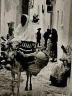Mujeres mojaqueras en una calle del puebo de Mojácar.