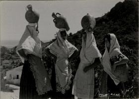 Mujeres mojaqueras con cántaro y traje típico (Mojácar - Almería)