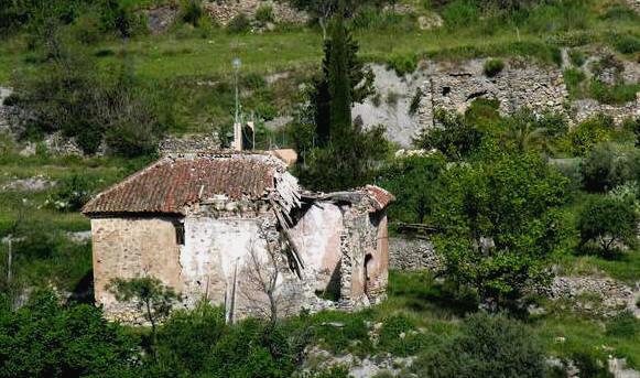 El conjunto arquelógico de Guarros: Iglesia en primer plano y al fondo la casa de recreo