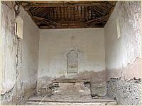 Nave rectangular. Altar mayor al fondo y ventanas abocinadas en la cabecera.
