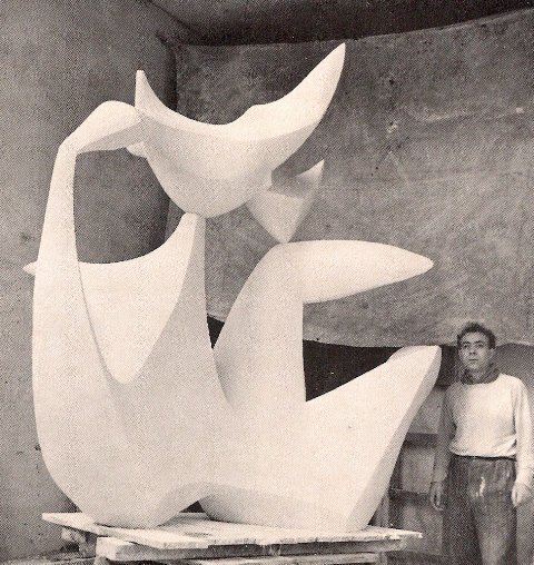 El escultor junto a una de sus obras