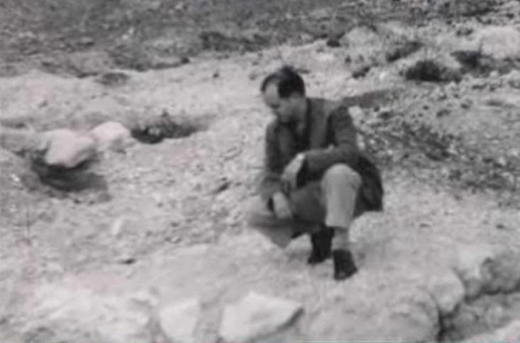 Agustín Penón en la fosa donde se cree que está enterrado García Lorca.