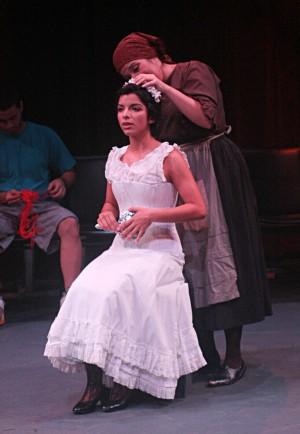 Zaguán de casa de la novia. Portón al fondo. Es de noche. La novia sale con enaguas blancas encañonadas, llenas de encajes y puntas bordadas,