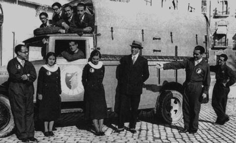 """Federico García Lorca y con la Compañía de Teatro """"La Barraca"""" que él dirigía."""