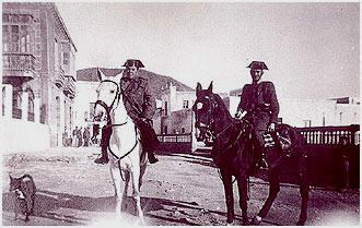 Pareja de la Guardia Civil patrullando en Carboneras (Almería,año 1946)