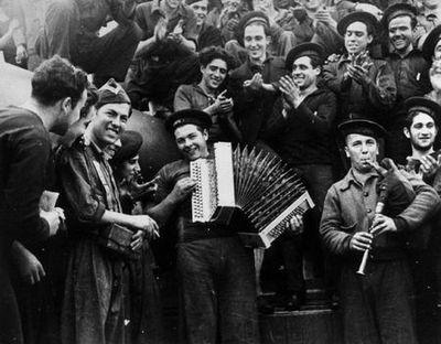 """Gerda Taro, fotografa alemana retratada en el """"Jaime I"""" atracado en Almería. Foto atribuída a Robert Capa"""