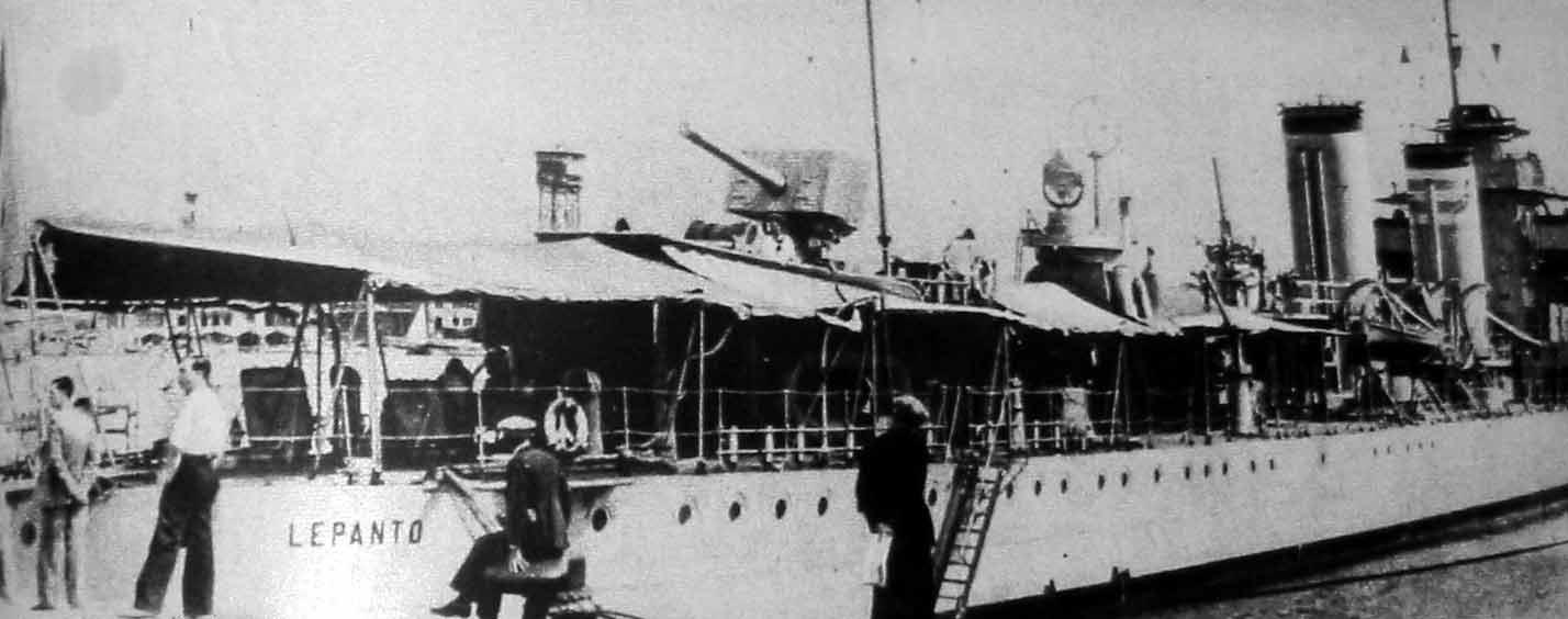 """Acorazado """"Lepanto"""" de la Armada republicana en el puerto de Almería. Fue desisiva su intervención en la derrota golpìsta de los militares fascistas en la Provincia."""