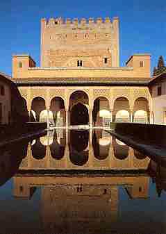 Palacio de Comares con fuente y jardines, en La Alhambra